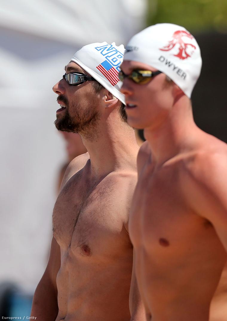 Michael Phelps úszni készül (az előtérben Conor Dwyer)
