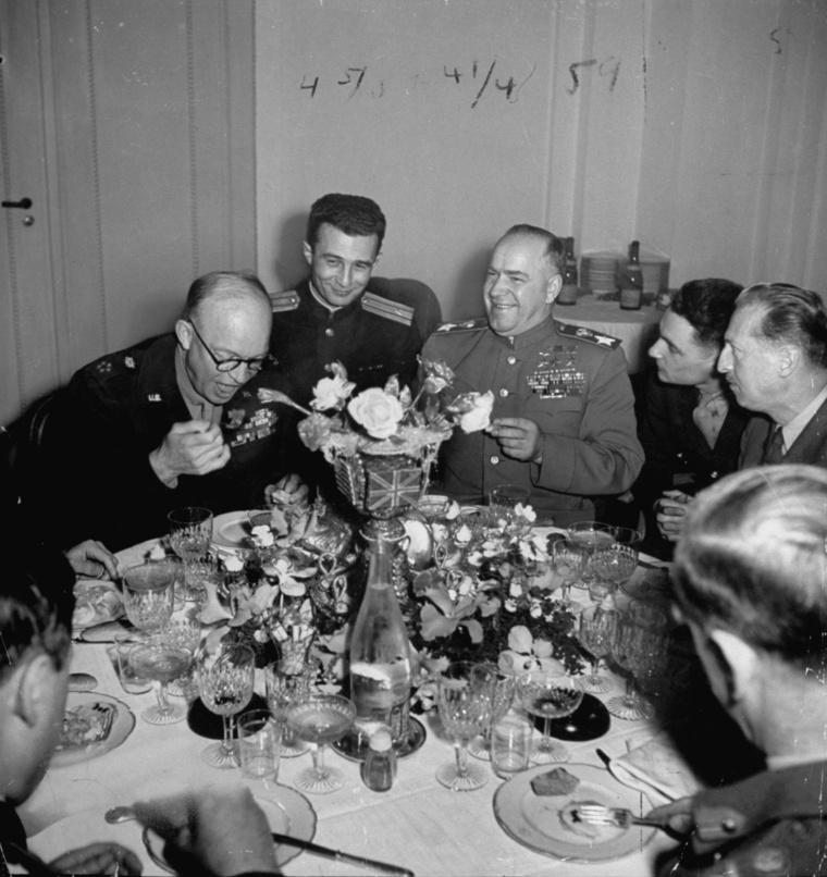 Eisenhower és Zsukov marsall egy közös vacsorán, 1945-ben