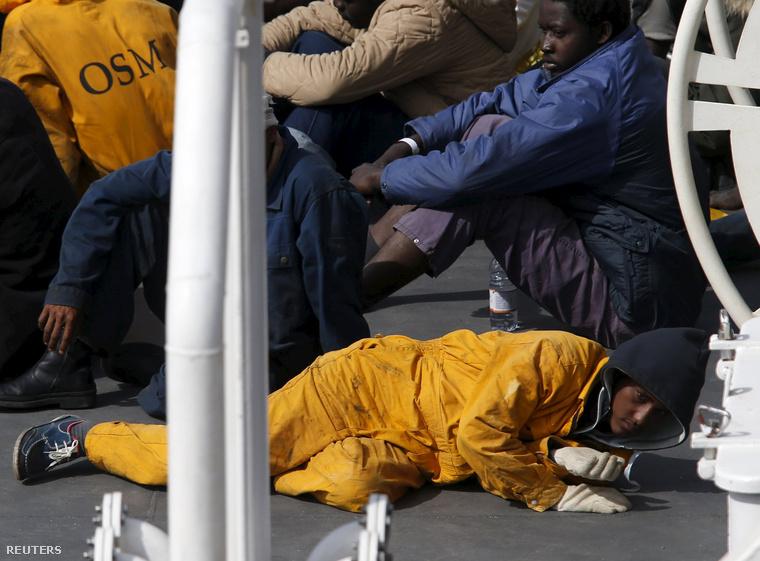 Túlélők az egyik olasz mentőhajó fedélzetén