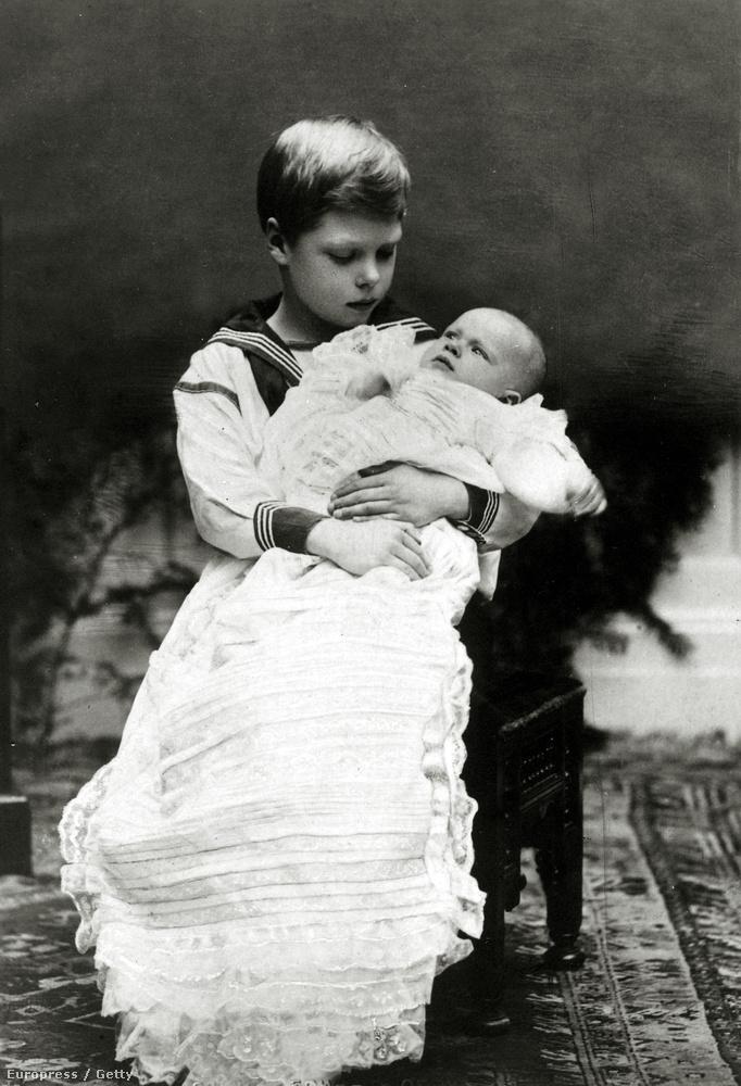 Az újszülött Albert herceg és bátyja, Eduárd herceg 1921-ben