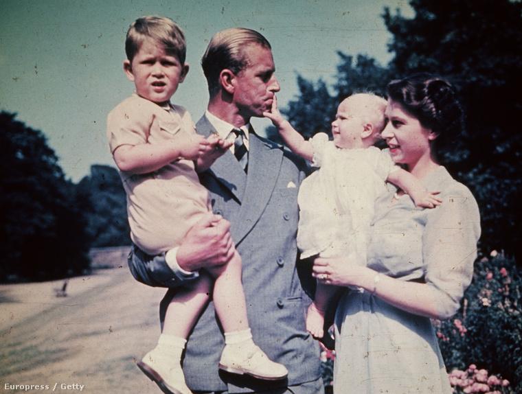 Erzsébet királynő, Fülöp herceg és gyerekeik, Károly herceg és Anna hercegnő 1951-ben