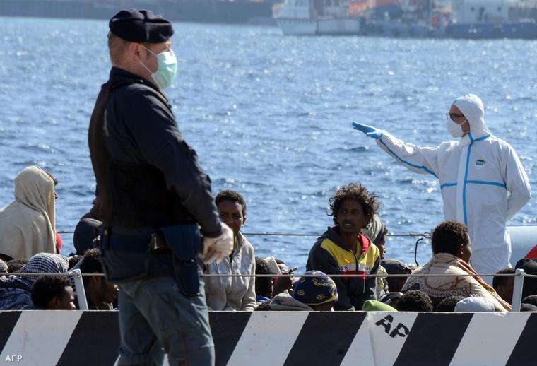 Az olaszországi tragédia túlélőit szállítják a partra egy csónakban.