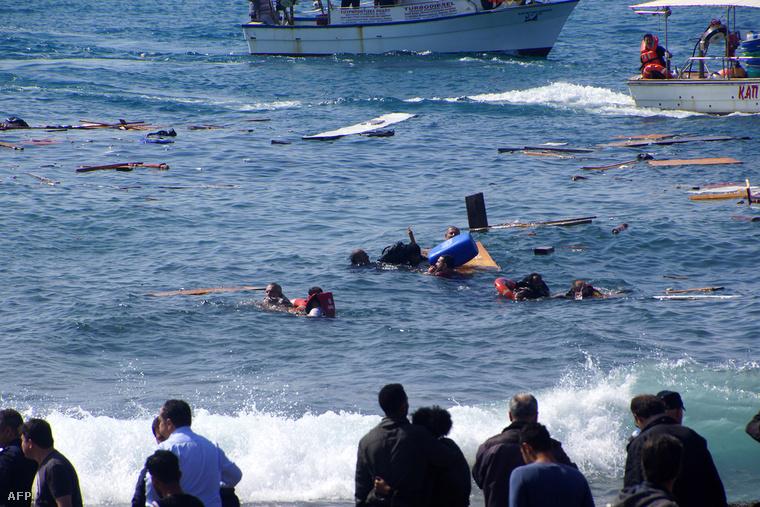 Hétfőn délelőtt Rodosz mellett is zátonyra futott egy nyolcvan menekültet szállító csónak. A tragédia a part közvetlen közelében történt, a helyiek segítettek partra menekíteni a menekülteket.