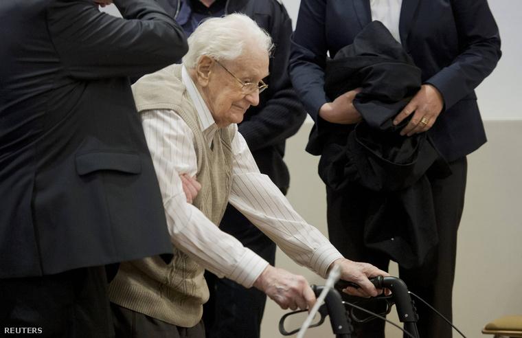 Oskar Gröning, az auschwitzi haláltábor egykori őre perének tárgyalásán a lüneburgi tartományi bíróságon 2015. április 21-én.