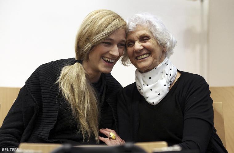 Pusztai Éva (leánykori nevén Fahidi Éva) magyar holokauszttúlélő, az egykori buchenwaldi náci koncentrációs tábor foglya unokájával a lüneburgi tartományi bíróságon 2015. április 21-én.