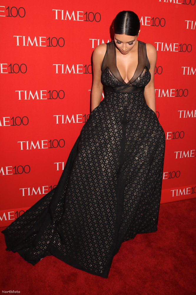 Kim Kardashian kizökkent egy pillanatra a befolyásos feleség szerepéből, és megnézte, hogy helyén van-e a melle