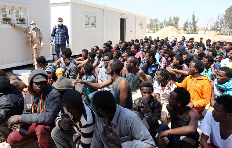 Afrikai menekültek Miszráta kikötőjében. A hajójukat a líbiai partiőrség fordította vissza a Földközi-tengerről.
