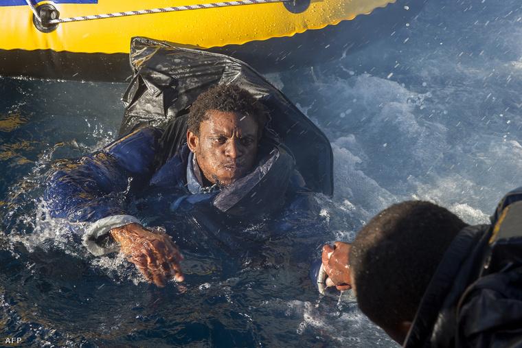 Menekülteket mentenek a vízből Spanyolország partjainál.