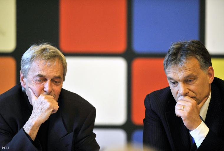 Rubik Ernő, a róla elnevezett kocka feltalálója és Orbán Viktor miniszterelnök