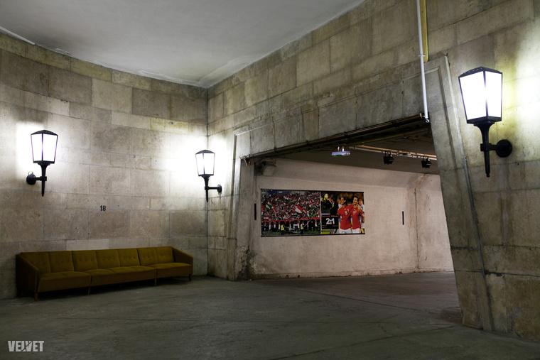 A játékoskijárót az évek során próbálkoztak kicsit barátságosabbá tenni pár fényképpel a falon, de ez jól láthatóan csak mérsékelten sikerült.