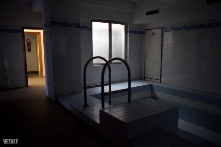Ha valakinek volt óránként hatvanezer forintja, akkor a focipályán túl még ezt a medencét is használhatta