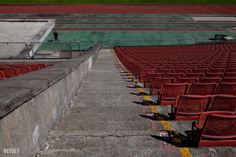 A Puskás egyébként minden fociszerető ember tudatában úgy élt, mint a stadion, ami csak meccsnézésre alkalmatlan: mivel a nézőtér messze volt a pályától, és mégcsak nem is volt meredek, rendesen szinte sehonnan nem lehetett látni, mi történt a pályán.