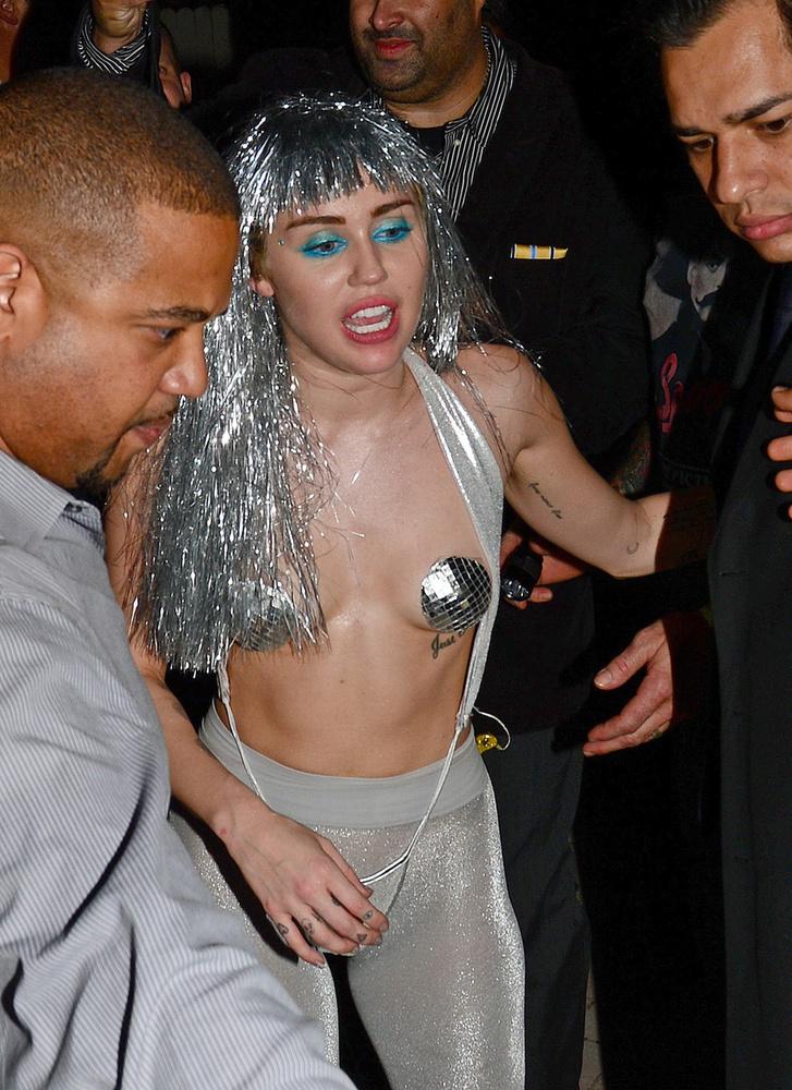 Attól most tekintsünk el, hogy néz ki Cyrus feje ezen a képen, ugyanis a has a válogatás lényege!