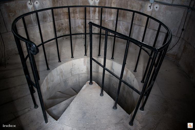 A csigalépcső letisztult, puritán egyszerűsége remek kontrasztot alkot a gazdagon díszített templombelsővel.