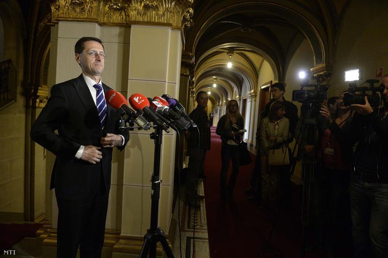 Varga Mihály nemzetgazdasági miniszter sajtótájékoztatót tart a jövő évi költségvetésről az Országházban 2015. április 22-én.