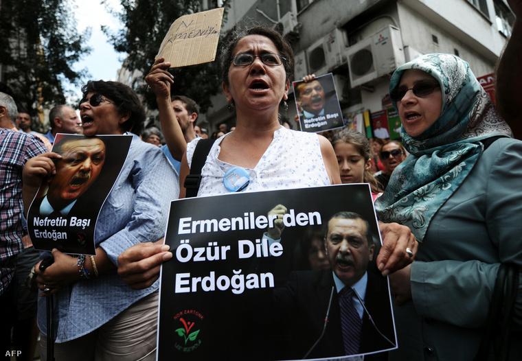 Örmény és török tüntetők követelik Recep Tayyip Erdogan miniszterelnöktől, hogy kérjen bocsánatot az örmény néptől Isztambulban, 2014. augusztus 7-én.