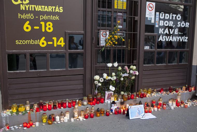 Százak gyújtottak gyertyát a kaposvári trafik előtt