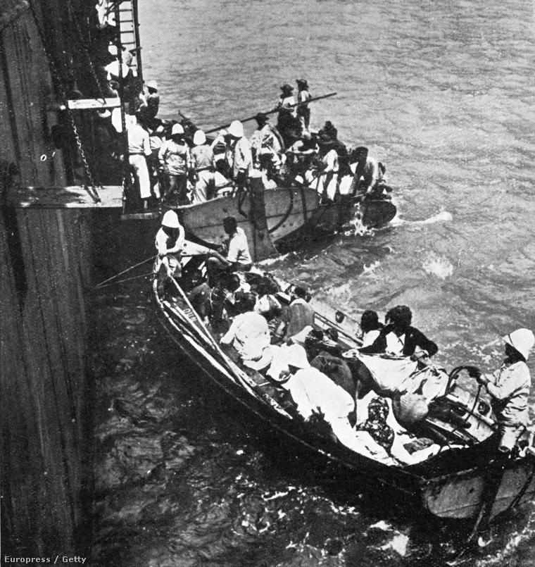 Örmény menekülteket vesz fel egy francia hajó 1915-ben