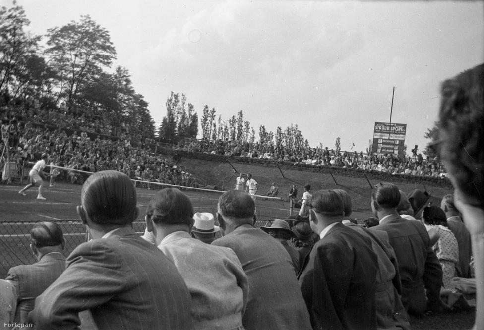 Tenisz. Egy bronzérmet szereztünk, ezzel az utolsó helyen állunk a tenisz éremtáblázatán. A kép a második világháború kellős közepén készült a margitszigeti díszpályán, ahol a magyar válogatott 3-3-as döntetlent játszott a német válogatottal a Róma kupáért. (Ez a tenisz közép-európai kupája volt.)