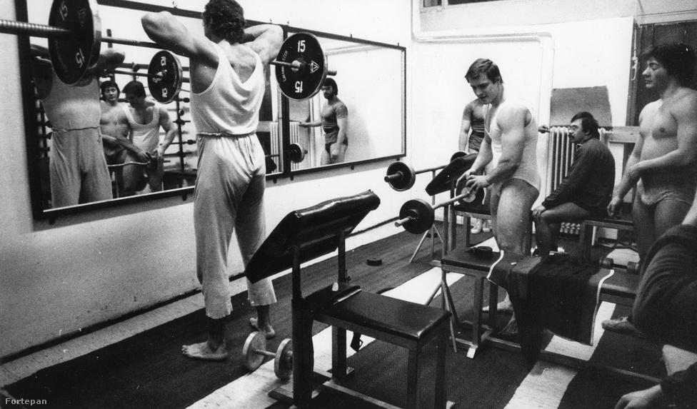 Súlyemelés. 2 aranyérmet szereztünk az eddigi olimpiai játékokon. Ezzel az eredménnyel Thaiföld mögött, Románia előtt a tizenkilencedik helyet foglaljuk el a súlyemelés olimpiai éremtáblázatán. A kép 1980-ban készült. Ebben az évben Baczakó Péter félnehézsúlyban olimpiai aranyérmet szerzett a moszkvai olimpián.