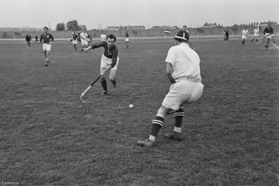 Gyeplabda. Soha, egyetlen érmet sem szereztünk, és csupán egyszer, 1936-ban indult férficsapatunk az olimpián, és a 15. helyen végzett. A képünk 1949-ben készült a Rozsnyay utcában, a Láng gépgyár sporttelepén a Magyarország-Csehszlovákia válogatott gyeplabda mérkőzésen. Abban az évben a BKE volt a magyar bajnok, 2014-ben a Soroksári HC.