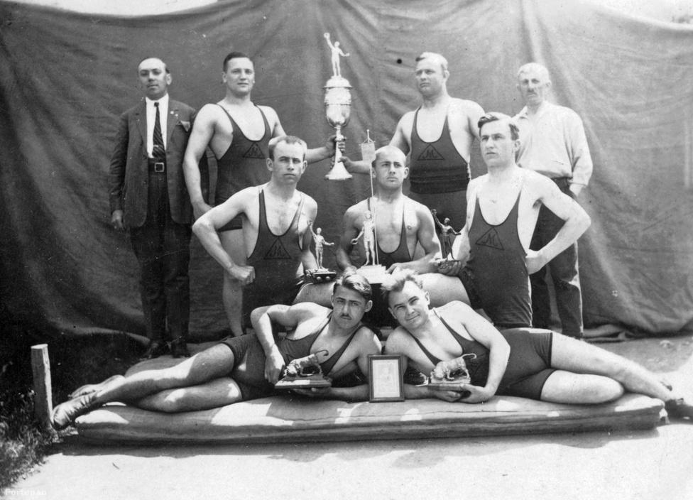 Birkózás. 19 aranyérmet szereztünk az eddigi olimpiai játékokon. Ezzel az eredménnyel Törökország mögött, Bulgária előtt a hetedik helyet foglaljuk el a birkózás olimpiai éremtáblázatán. A kép 1920-ban készült. Közelebbit nem tudunk róla, de tény: ekkor már volt olimpiai aranyérmes birkózónk. Weisz Richárd 1908-ban, Londonban nyert, majd pénzdíjas versenyeken indult, és cirkuszban lépett fel. Visszavonulása után a japán Kávéházat vezette, 1945-ben halt meg Budapesten.