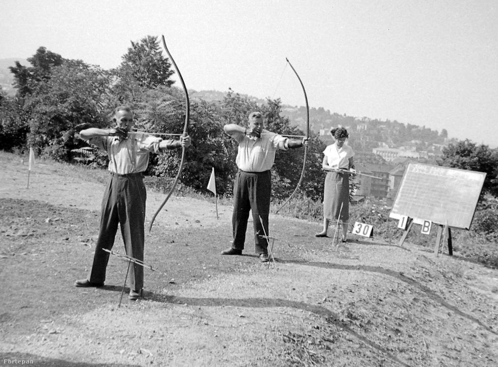 Íjászat. Soha nem szereztünk olimpiai érmet. A kép 1959-ben készült a budai Hunfalvy utcában, a mai Európa liget helyén. Akkoriban az íjászat nem volt olimpiai sport, legközelebb 1972-ben osztottak érmet. Utoljára az 1996-os atlantai olimpián állt rajthoz magyar íjász.