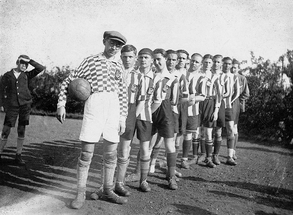 Labdarúgás. 3 aranyérmet szereztünk az eddigi olimpiai játékokon. Ezzel az eredménnyel az első vagyunk a futball olimpiai éremtáblázatán. A kép 1927-ben készült. Közelebbit nem tudunk róla, de tény: abban az évben a Ferencváros lett a bajnok, és a kép nem őket ábrázolja.