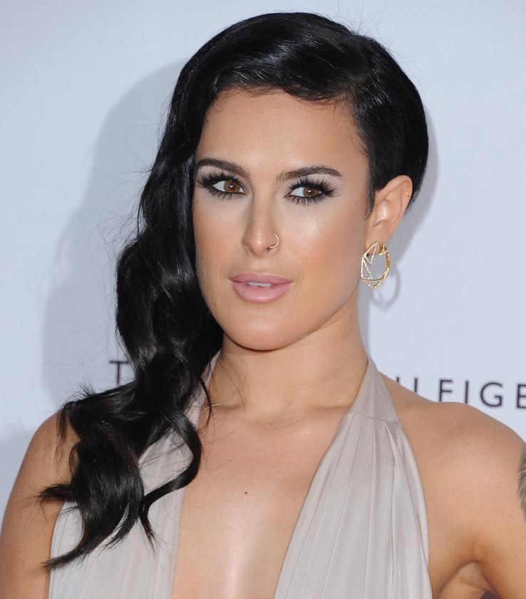 Aztán ha jobban megnézzük, akkor....hát persze! Nagyon hasonlít Kim Kardashianra