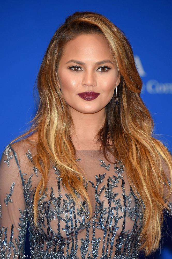 Igen, a modell, aki mellesleg John Legend felesége, tényleg nem vett fel melltartót.