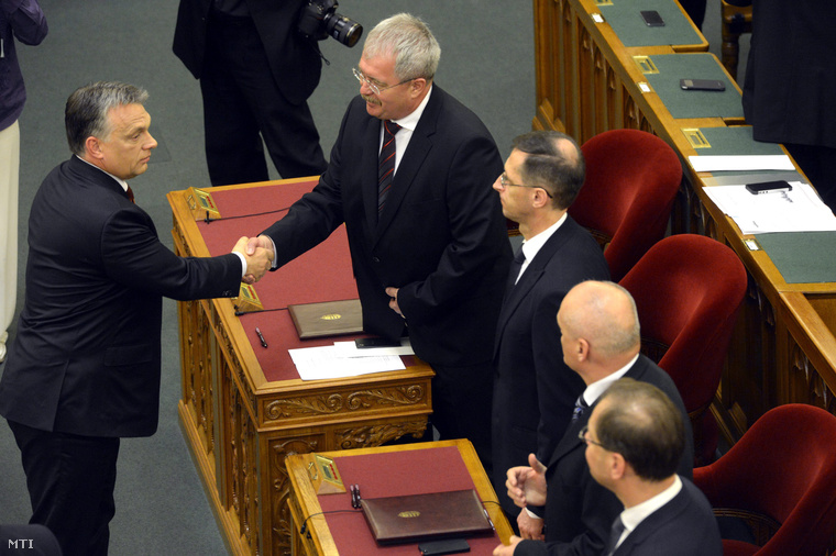 Orbán Viktor gratulál Fazekas Sándor földművelésügyi miniszternek a harmadik Orbán-kormány tagjainak eskütétele után az Országgyűlés plenáris ülésén a Parlamentben 2014. június 6-án.
