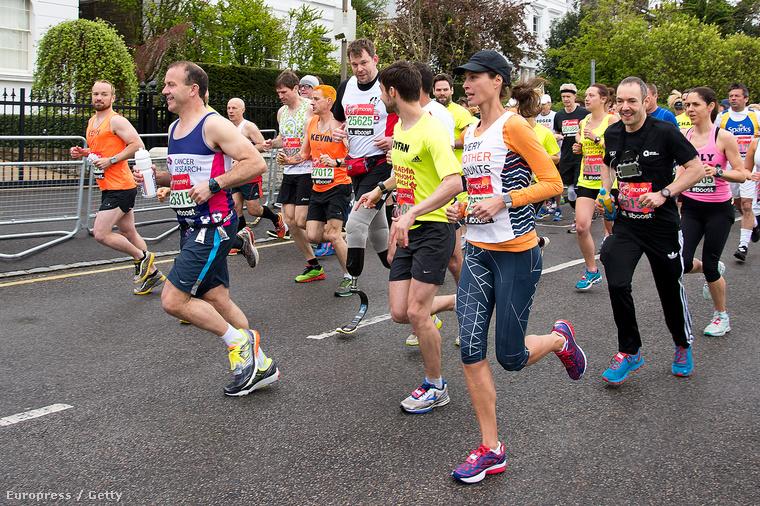 ...és befutott a londoni maratonon a célba