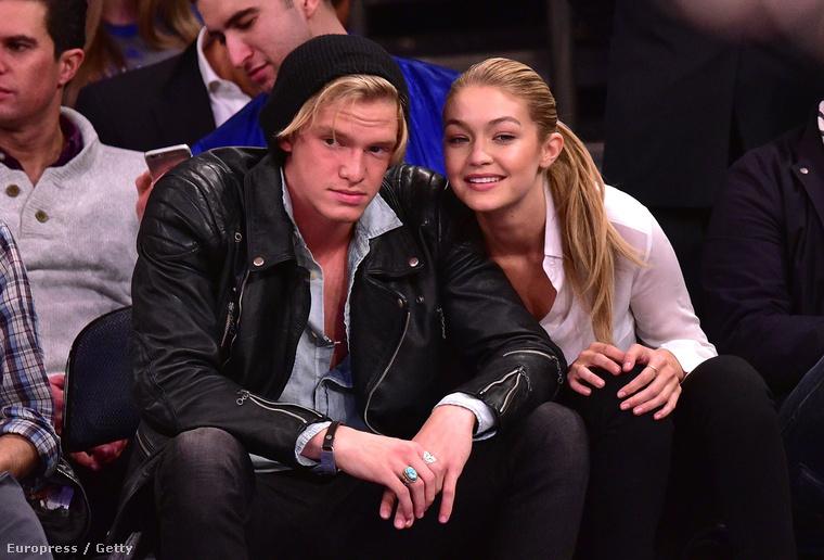 A tinipopsztár Cody Simpson, aki legalább annyira híres, mint Hadid