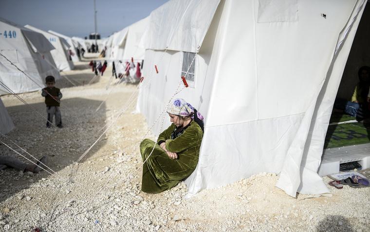 Szíria kurd menekült asszony a suruci menekülttáborban Sanilurfa tartományban, Törökországban, 2015. február 2-án.
