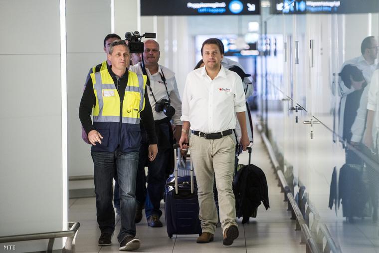 Tóásó Előd érkezik a Budapest Liszt Ferenc nemzetközi repülőtérre 2015. április 26-án.