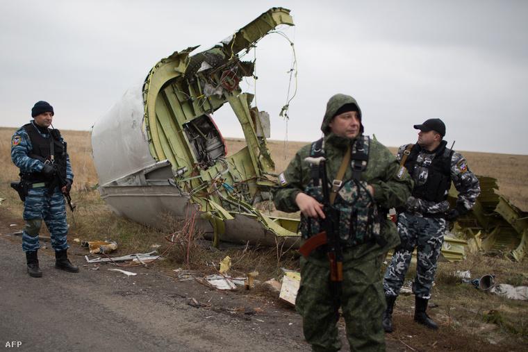 Oroszpárti fegyveresek őrzik a lelőtt maláj gép roncsait (2014. november)