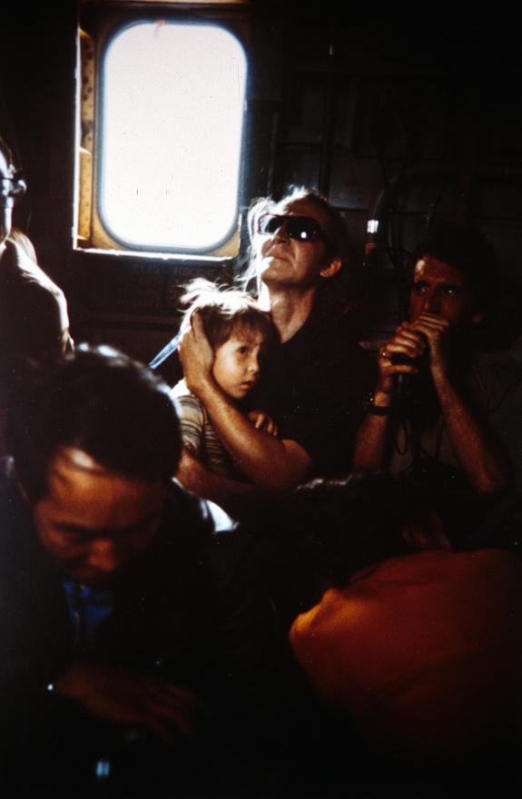 Az arckifejezés csalóka: a család nem egy Mekong folyóra tervezett gát építésére tartó vonatban, hanem a tengerészgyalogság egyik tenger felett szálló mentőhelikopterén ül. Ott pedig már abszolút biztonságban érezhették magukat: 7. flotta tengeri fölénye akkora volt, hogy az unatkozó tengerészek az egységet elnevezték Tonkin Öböl Yacht Club-nak.