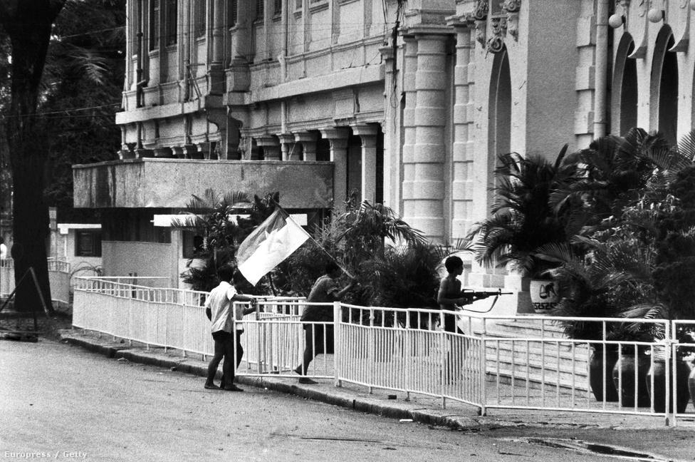 Az 1969-es megalakulása óta a Thiệu-reszim illegális ellenzékeként tevékenykedő Ideiglenes Köztársasági Kormány emberei elfoglalják a városházát. Április 30-tól a Vietkongot és más ellenzéki szervezeteket is képviselő kormány irányította Dél-Vietnamot, majd 1976 július 2-án ők mndták ki az egyesülést Északkal. Saigon is ezen a napon kapott új nevet: Ho Si Minh-város .