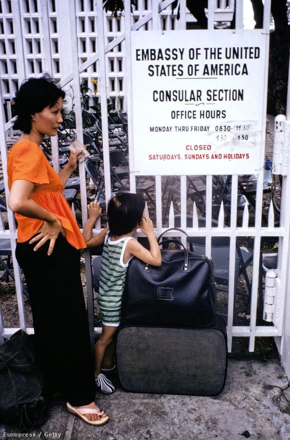 A legnagyobb problémát az amerikai alkalmazásban álló, vagy az amerikaiakkal jó viszonyt ápoló helyiek jelentették, akik nem sok jóra számíthattak a Vietkongoktól. ők ezres sorokban álltak a követség kapuja előtt, hátha megkapják a beutazási engedélyt.