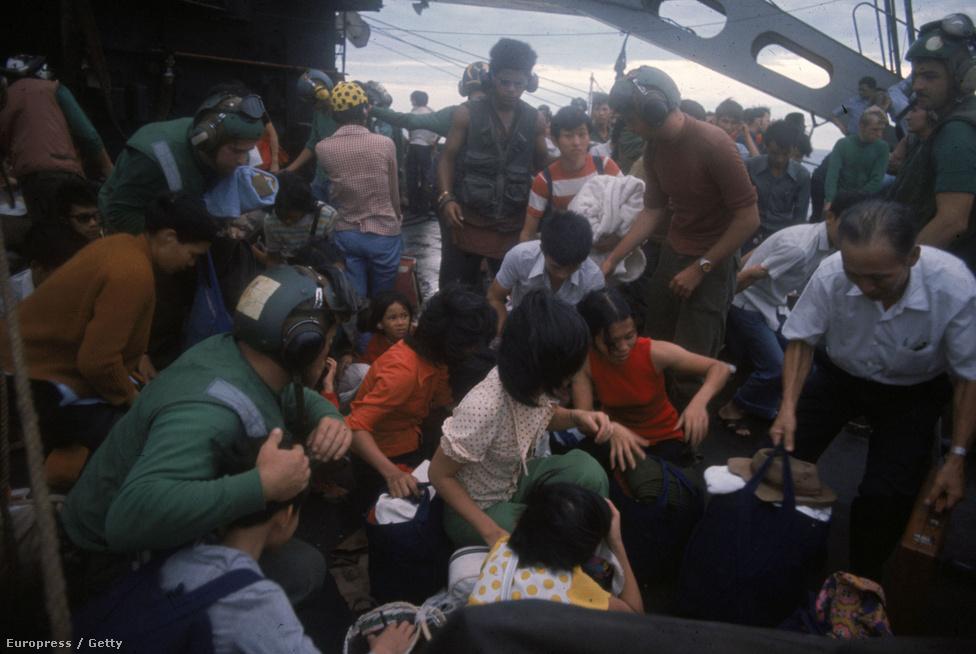 """1975-ben az USA mintegy 130 ezer vietnamit mentett meg a kivégzések vagy büntetőtáborok elől. Ezek a """"csónakos emberek"""" egy hadihajó fedélzetén pihennek meg."""