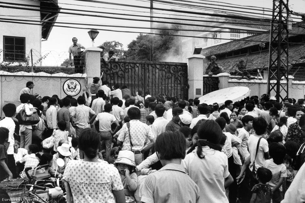 A városban eluralkodó káoszt jelezte, hogy  az evakuációs konvojokat mindenre elszánt vietnamiak üldözték, hátha sikerül velük együtt elmenekülniük. Mások ostrom alá vették az amerikai követséget – ami az 1968-as Tet-offenzíva alatti gerillatámadás után épült, és a ma már minden világvárosban megszokott követség-erődök prototípusának számított. Talán nem igaz, de jellemző az a történet, miszerint hogy egy anya átdobta kisgyerekét a követség szögesdróttal erősített kerítésén, hogy legalább ő szabadon nőhessen fel.