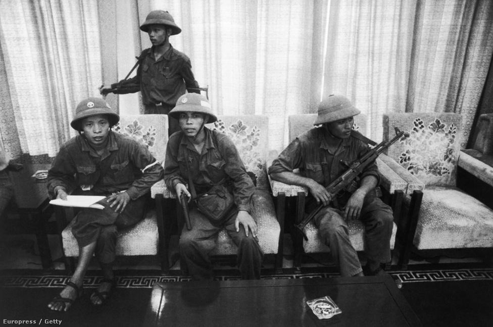 Nem nehéz kitalálni azt az élethelyzetet, amiben a fotó készült: északi katonák próbálgatják, hogy esik az ülés az április 21-én lemondott Thiệu elnök palotájának kanapéján.
