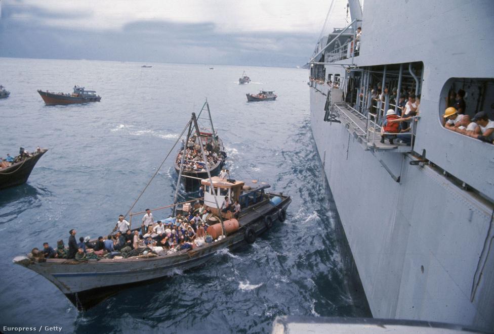 Az 1973-as csapatkivonások ellenére az amerikai 7. flotta egységei ott cirkáltak a partok közelében. Ezt a helyiek is tudták, és valóságos flottillákban próbáltak meg menedékért folyamodni a tanácstalanul a fejüket vakaró tengerészeknél.