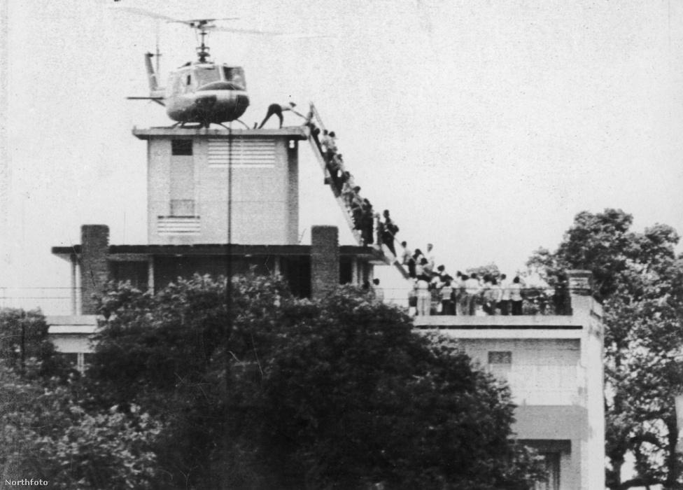 Az amerikai nagykövetség tetején hosszú sorban várták az emberek, hogy feljuthassanak egy helikopterre, ami a partok közelében cirkáló hajókra menekíti őket. A nagy kapkodásban a dilettáns diplomáciai testület rengeteg titkos iratot elmulasztott megsemmisíteni, ezzel több Amerikához lojális vietnami és helyi CIA-ügynök vesztét okozva.
