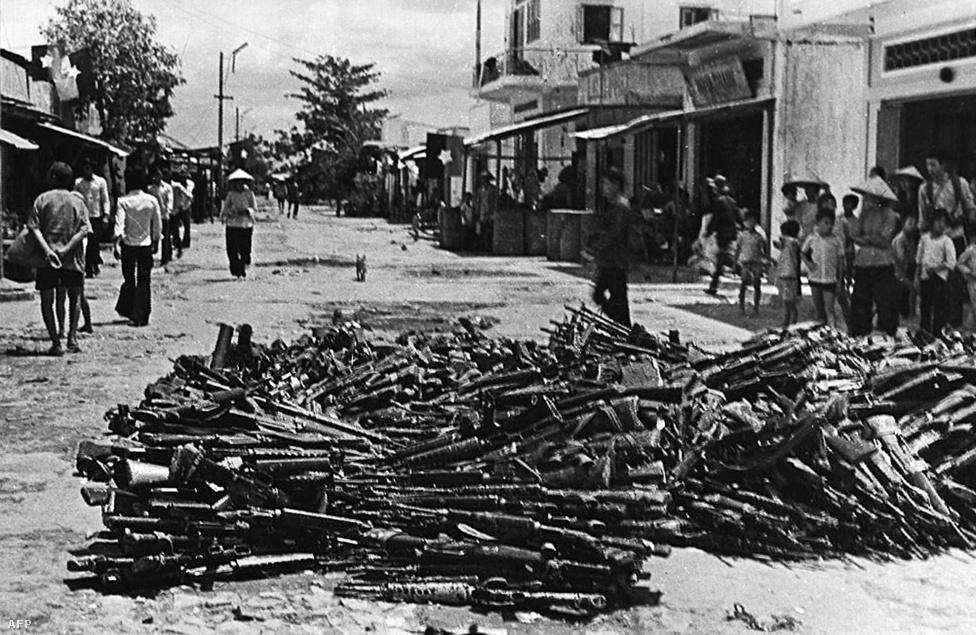 Amióta az ember háborúkat vív, és nyer meg, a lezárás szimbolikus eleme a legyőzött ellenfél fegyvereinek kiállítása. Itt a déli Cần Thơ tartományban mutogatják a mérsékelt érdeklődést tanúsító helyieknek a déliek amerikai gyártású kézifegyvereit.