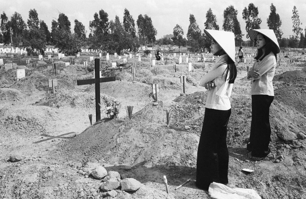 A két vietnami hölgy talán a háború utolsó áldozatait gyászolja. Az akkor már csaknem 20 éve zajló harcok pontos veszteségeiről csak becslések vannak - ezek legtöbbje egymillió körülre teszi a halálos áldozatok számát. De egy háború szenvedéseit sosem szabad csak halottakban mérni: a napalm füstje vagy a millió hordónyi lombirtó ugyanolyan biztosan, csak lassabban ölt, mint az M-16-os karabély.