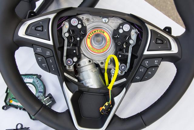 Ha megszűnik az áramellátás, egy rugóerőtárolós elektromágneses tekercs kiold, és egy tüskével fixre zárja a rendszert. A kormánykerékhez fixen van rögzítve az elektromotor, középen a fogaskerék, amin keresztül a motor tekeri a kormánytengelyt