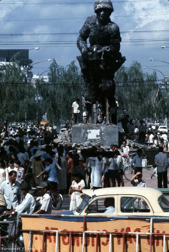 Pár nappal Saigon eleste előtt még 30 ezer katona védte a fővárost, de az ekkor már négyszeres túlerőben lévő északi hadsereg harckocsikkal és vietkongokkal az élen akadálytalanul nyomult be a városba, ahol még arra is bőven volt idejük, hogy ledöntsék a rezsim műalkotásait - mint példádul ezt a sztálinista hangulatú szobrot.