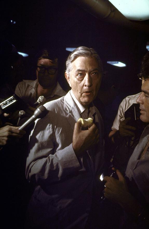 Graham Martin távozó nagykövet a USS Blue Ridge parancsnoki hajón tájékoztatja az evakuáció fejleményeiről a sajtó képviselőit. 1975 április 30-át követően az Egyesült Államoknak 20 évig nem volt nagykövetsége Vietnamban, akkor Hanoiban nyitott meg az új képviselet.
