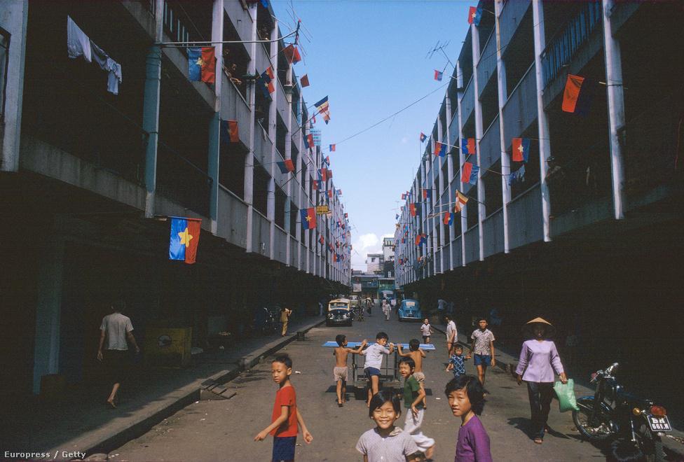Új rezsim - új színek: Saigon kínai negyede ismerkedik a Vietnami Szocialista Köztársaság szimbólumaival.